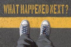 什么其次发生了?与运动鞋的印刷品在柏油路 免版税库存照片