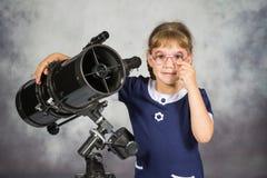 什么愉快地惊奇的女孩天文学家他在望远镜看见了 免版税库存照片