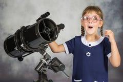 什么愉快地惊奇的女孩天文学家他在望远镜看见了 免版税库存图片