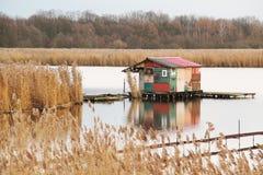 之后apo在湖的村庄 图库摄影
