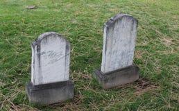 之字形双大理石墓石在老公墓 免版税库存照片