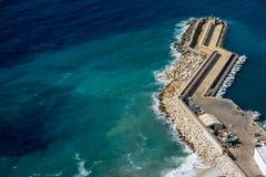 之字形形状的码头视图从上面在Calpe,西班牙 免版税库存照片