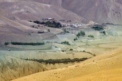 之字形路-在Leh斯利那加高速公路,拉达克,查谟和克什米尔,印度老路线的jilabi路  库存照片