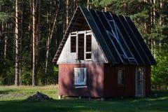 之家在森林 免版税库存图片