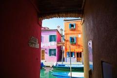 之家地下过道有在五颜六色的房子的视图 库存图片