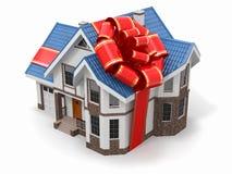 之家礼品。 与丝带和弓的豪宅 免版税图库摄影