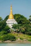 之间Irrawaddy河的金白色塔Stupa 免版税库存照片