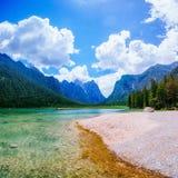 之间Mountain湖由山 免版税库存照片