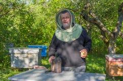 乌克兰人微笑的资深蜂农Portrain  免版税库存图片