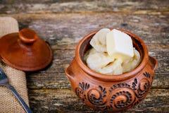 乌克兰传统食物pelmeni或肉饺子在桌上服务 免版税图库摄影