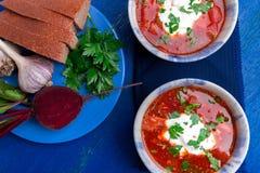 乌克兰传统罗宋汤 在蓝色碗的俄国素食红色汤在蓝色木背景 罗宋汤,博尔希用甜菜 Tw 免版税图库摄影