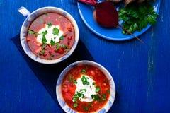 乌克兰传统罗宋汤 在蓝色碗的俄国素食红色汤在蓝色木背景 罗宋汤,博尔希用甜菜 Tw 库存图片