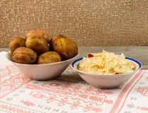 乌克兰全国盘是被烘烤的土豆 在皮肤的被烘烤的整个土豆用德国泡菜 免版税库存图片