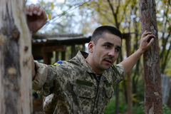 乌克兰军队的战士 调查距离 Ukra 图库摄影