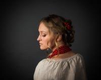 乌克兰刺绣的美丽的严肃的少妇 库存照片