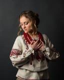 乌克兰刺绣的美丽的严肃的少妇 免版税图库摄影