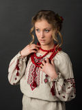 乌克兰刺绣的美丽的严肃的少妇 免版税库存照片
