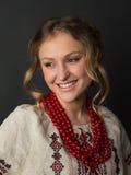 乌克兰刺绣的美丽的愉快的逗人喜爱的少妇 免版税图库摄影