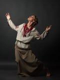 乌克兰刺绣跳舞的美丽的愉快的逗人喜爱的少妇 免版税库存照片