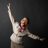 乌克兰刺绣跳舞的美丽的愉快的逗人喜爱的少妇 库存图片