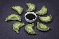 乌克兰和俄国盘-绿色vareniki或饺子用牛肉肉或土豆泥或者酸奶干酪在面团, toget 免版税图库摄影