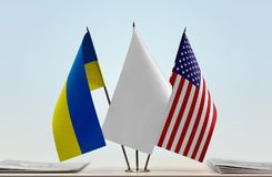 乌克兰和美国的旗子 库存照片