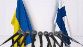 乌克兰和芬兰的旗子在国际会议或交涉新闻招待会 3D动画 股票录像
