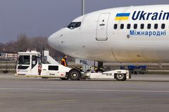 乌克兰国际航空公司波音737-900ER航空器飞机推迟起飞  免版税库存图片