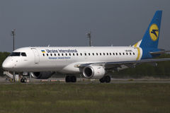 乌克兰国际航空公司巴西航空工业公司ERJ190-100航空器为从跑道的起飞做准备 库存照片