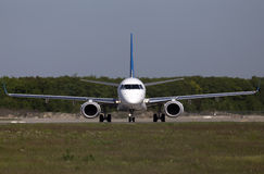 乌克兰国际航空公司巴西航空工业公司ERJ190-100航空器为从跑道的起飞做准备 免版税库存照片
