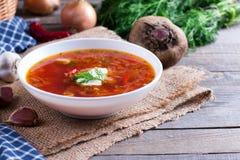 乌克兰在一个碗的罗宋汤红色汤在桌上 免版税库存图片