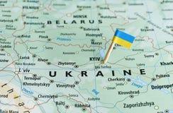 乌克兰地图旗子别针 免版税库存图片