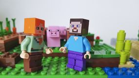 乌克兰基辅2月21日2018微型形象养猪场剑人塑料比赛普遍的童年乐高Minecraft广场 免版税库存图片