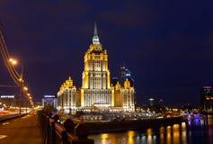 乌克兰旅馆(拉迪森皇家旅馆)夜照明的 库存照片