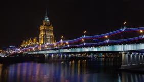 乌克兰旅馆(拉迪森皇家旅馆)夜照明的 免版税库存图片