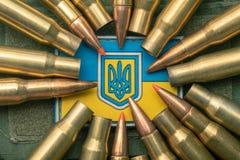 乌克兰旗子和徽章反对伪装和争斗子弹的 乌克兰防御军队的概念,聚焦 库存图片