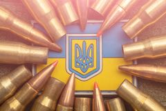乌克兰旗子和徽章反对伪装和争斗子弹的 乌克兰防御军队的概念,聚焦 免版税库存图片