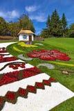 乌克兰样式的设施包括与花的样式的一张花床和有a的一个全国房子 免版税库存照片