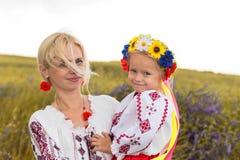 乌克兰母亲和她的小女儿 免版税图库摄影