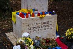乌克兰民族主义的摔跤手的斯捷潘・班杰拉坟墓有sovetskoy力量的在公墓的Waldfried慕尼黑德国 图库摄影