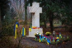 乌克兰民族主义的摔跤手的斯捷潘・班杰拉坟墓有sovetskoy力量的在公墓的Waldfried慕尼黑德国 库存图片
