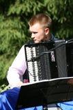 乌克兰民间仪器乐队的年轻音乐家演奏在全国乌克兰服装的音乐 库存照片