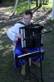 乌克兰民间仪器乐队的年轻音乐家演奏在全国服装的音乐 免版税图库摄影