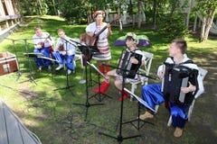 乌克兰民间仪器乐队的年轻音乐家演奏在全国服装的音乐 免版税库存图片
