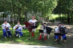 乌克兰民间仪器乐队的年轻音乐家演奏在全国服装的音乐 库存图片