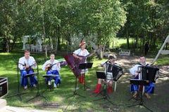 乌克兰民间仪器乐队的年轻音乐家演奏在全国服装的音乐 库存照片