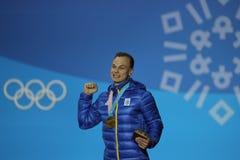 乌克兰的奥林匹克冠军Oleksandr Abramenko庆祝在人` s天线自由式滑雪的胜利在2018奥林匹克 免版税库存照片