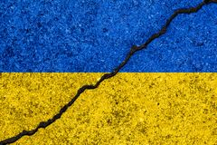乌克兰的旗子在破裂的墙壁背景/乌克兰语绘了civ 库存例证