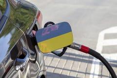 乌克兰的旗子汽车` s燃料补白挡水板的 免版税库存图片