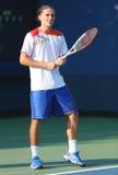 从乌克兰的职业网球球员亚历山大・多尔戈波洛夫在第一个回合期间加倍比赛在美国公开赛2013年 库存图片